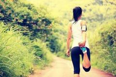妇女室外赛跑者的准备 免版税库存照片