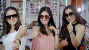 妇女对太阳镜选择满意  股票录像