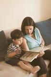 妇女对孩子的阅读书 免版税库存照片