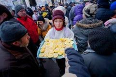 妇女对待在人群的示威者柠檬   免版税库存图片