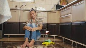 妇女对清洁是疲乏 股票录像