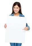 妇女对白板的手指点 免版税库存照片
