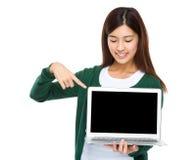 妇女对膝上型计算机的手指点 库存照片