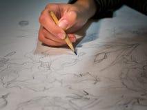 妇女对铅笔和画负的` s手在watercolo的花 免版税库存图片