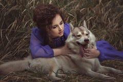 妇女对dog& x27说; s耳朵 免版税图库摄影