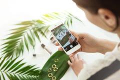 妇女射击化妆用品,充满香气凉快的社会网络外形的金黄圆环 免版税库存照片