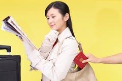 妇女将被窃取护照 免版税库存照片