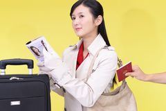 妇女将被窃取护照 图库摄影
