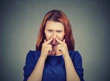 妇女少量充满憎恶的鼻子神色某事发恶臭难闻的气味 库存照片