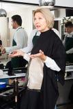 妇女尖叫在美发师作为非常被剪的头发 图库摄影