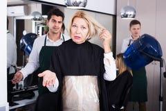 妇女尖叫在美发师 免版税库存照片