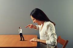 妇女尖叫对被震惊的小人 免版税图库摄影