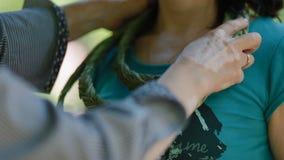 妇女尝试jewelery由自然材料制成 股票视频