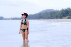 妇女展示在海滩的样式比基尼泳装 库存图片