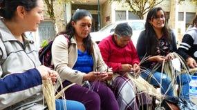 妇女展示编织巴拿马草帽,厄瓜多尔 库存图片