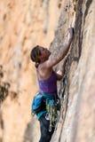 妇女岩石攀登垂直的峭壁面孔在墙壁搬运工在蓝山山脉国立公园NSW通过百年幽谷电路的壁架 免版税库存图片