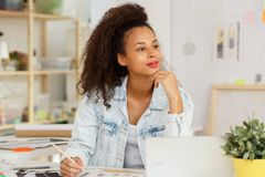 妇女工作作为时装设计师 免版税库存照片