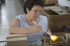 妇女工作在马略卡著名珍珠的,西班牙、欧洲地中海的和一部分最大的海岛的拜雷阿尔斯Islan 免版税图库摄影