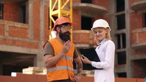 妇女工程师和建造者在工地工作沟通 建筑队通信概念 关系 股票视频