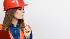 妇女工程师在盔甲的建筑建造者 免版税库存照片