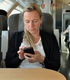 妇女巧妙的电话 免版税库存图片
