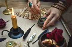 妇女巫婆准备一种魔药 拟订tarot 未来读书 算命者概念 图库摄影
