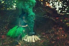 妇女巫婆在森林里 库存图片
