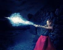 妇女巫婆熔铸了魔术-冰冷的球  免版税库存图片