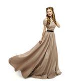 妇女布朗礼服,在白色长的褂子的时装模特儿转动 图库摄影