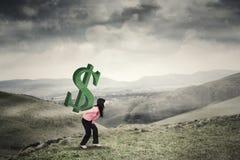 妇女带来在山的美元的符号 免版税图库摄影