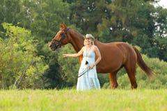 妇女带领她的马在夏天下午的parsure 库存照片