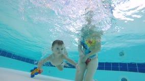 妇女帮助一个婴孩潜水水中 股票录像
