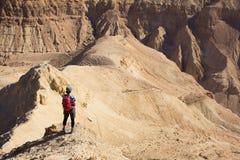 妇女常设沙漠山土坎 图库摄影