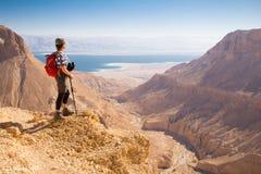 妇女常设沙漠山 库存照片