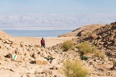妇女常设沙漠 库存照片