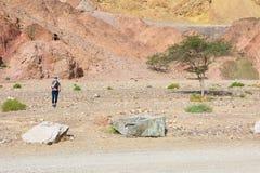 妇女常设石沙漠 免版税库存照片