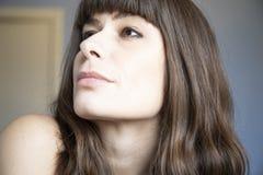 妇女年轻人的接近的纵向 有棕色长发和轰隆的白种人 库存照片