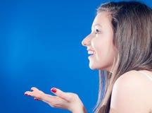 妇女年轻人的美丽的兴奋掌上型计算机 免版税图库摄影