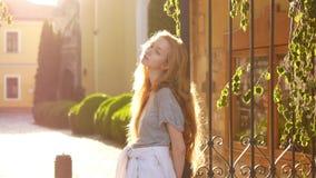妇女年轻人的美丽的接近的纵向 被风吹的头发 股票视频
