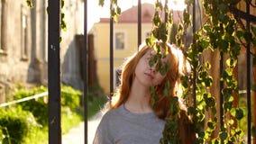 妇女年轻人的美丽的接近的纵向 被风吹的头发 股票录像