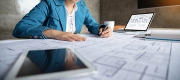 妇女建筑师在图纸的设计师图画 免版税库存照片