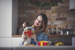 妇女开会和在有当前礼物的厨房 库存照片