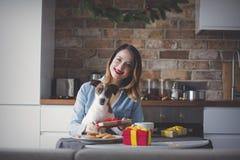 妇女开会和在有当前礼物的厨房 免版税图库摄影