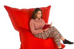 妇女开会和读书在红场的一本书如此塑造了装豆子小布袋 库存照片