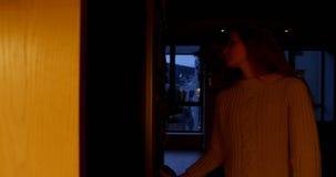 妇女开头冰箱门在厨房4k里 股票录像