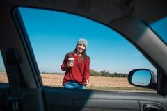 妇女开头在高速公路的车门 库存图片