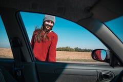妇女开头在高速公路的车门 库存照片
