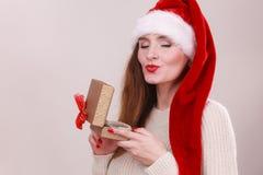 妇女开头礼物盒 背景圣诞节关闭红色时间 免版税图库摄影