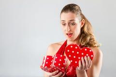 妇女开张当前在情人节 库存图片