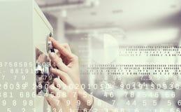 妇女开放保险柜 混合画法 免版税库存图片